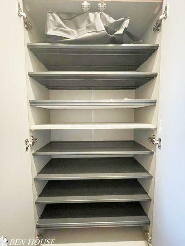 収納 シューズボックス・玄関脇のシューズボックスは邪魔にならない壁埋め込みタイプです。棚は可動式のため、様々な靴を無駄なく収納できます。