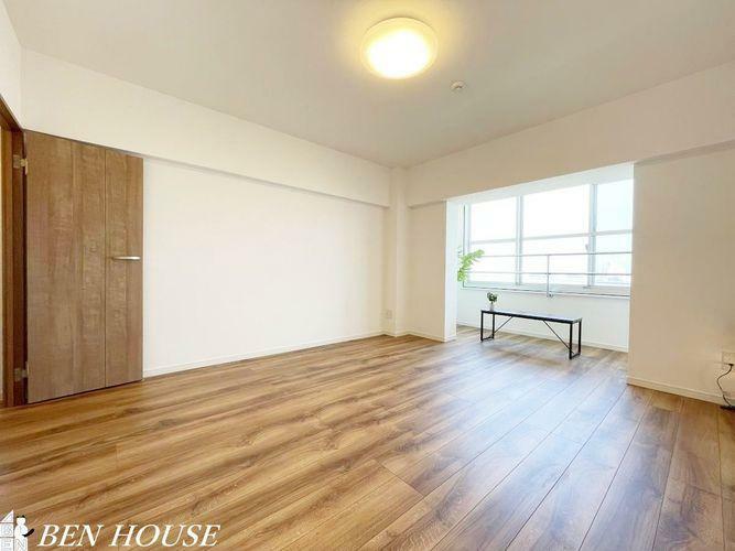 寝室 洋室・ちょっとしたサンルームに感覚に使えそうなスペース付きの約11帖の洋室。