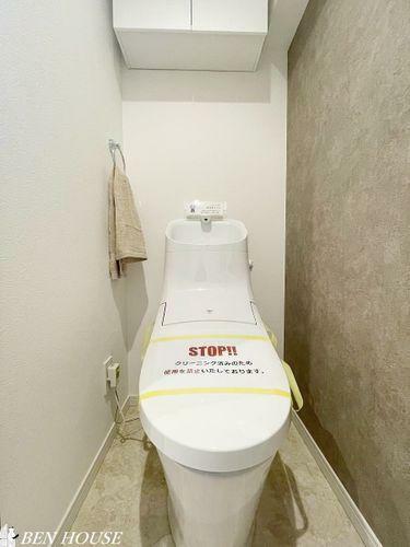 トイレ トイレ・吊戸棚の設置があり、トイレットペーパーやお掃除道具などもスッキリ収納できます
