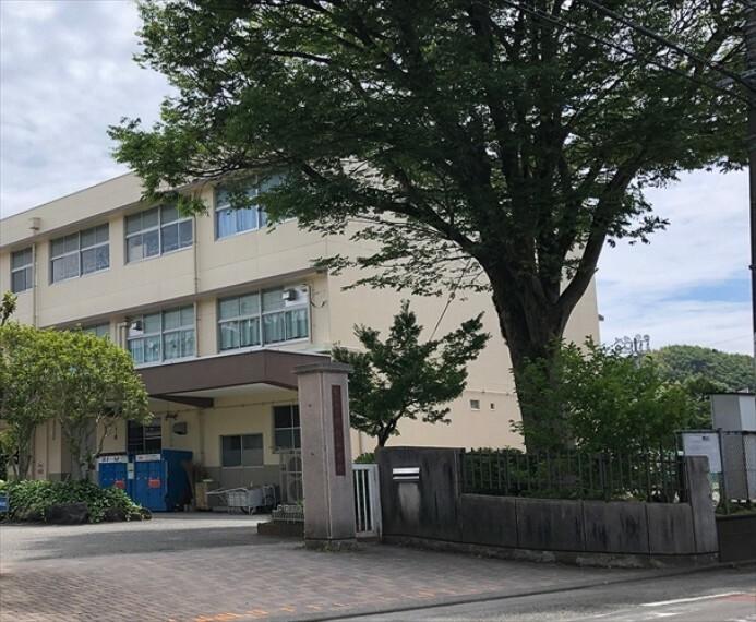 小学校 横内小学校 210m(徒歩3分)生徒数約650名(令和3年4月現在)の小学校です。低学年のお子様でも安心して通える距離にあります。