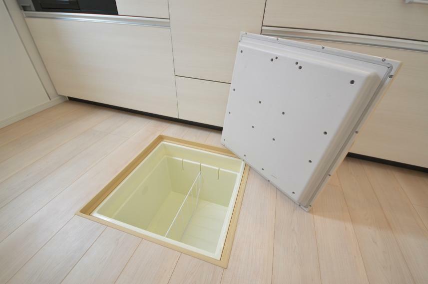 収納 (同仕様写真) あると便利なキッチンの床下収納。お醤油などの大きいボトルタイプの調味料や、お米をストックできます。