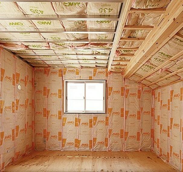 外観・現況 断熱材を入れることで、外部との断熱性・室内の保湿性を高め、快適な居住空間を保ちます