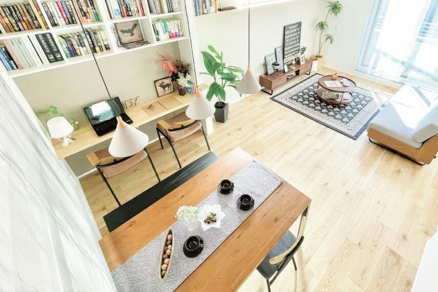 居間・リビング 【シェアカウンター】  子どものリビング学習や在宅ワークをはじめ、趣味を楽しんだり家事の合間に休憩したり、家族全員が活用できるカウンタースペースです。※号棟により採用状況が異なります。