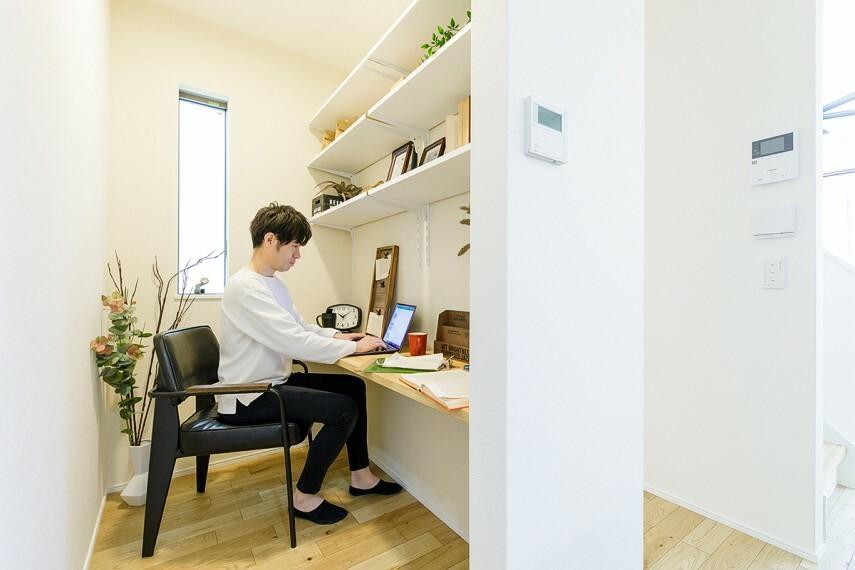 【DENコーナー】  リビングの一角に設けたDENコーナーは在宅ワークや趣味、奥様のパウダースペースとしても最適です。家族の気配を感じながらも仕事や趣味に集中できる空間です。※号棟により採用状況が異なります。