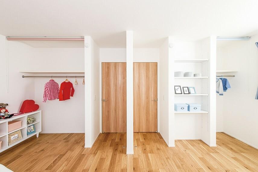 収納 【オープンクローゼット】  湿気やほこりが溜まりにくく、カビなども防げるように扉をなくしたクロゼット。オープンにすることで家具の配置や衣服の出し入れもしやすくなります。