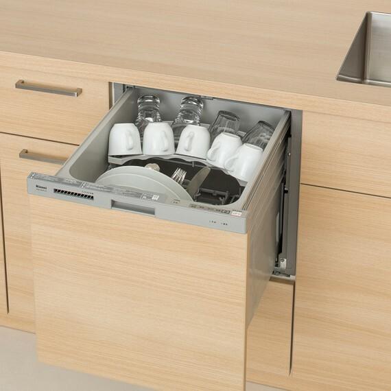 【食器洗い乾燥機】  スリムラインフェイスがキッチンと馴染むデザインの食洗機。伸びるノズルでシャワーを拡散し、食器を隅々まで洗えます。※号棟により採用状況が異なります。
