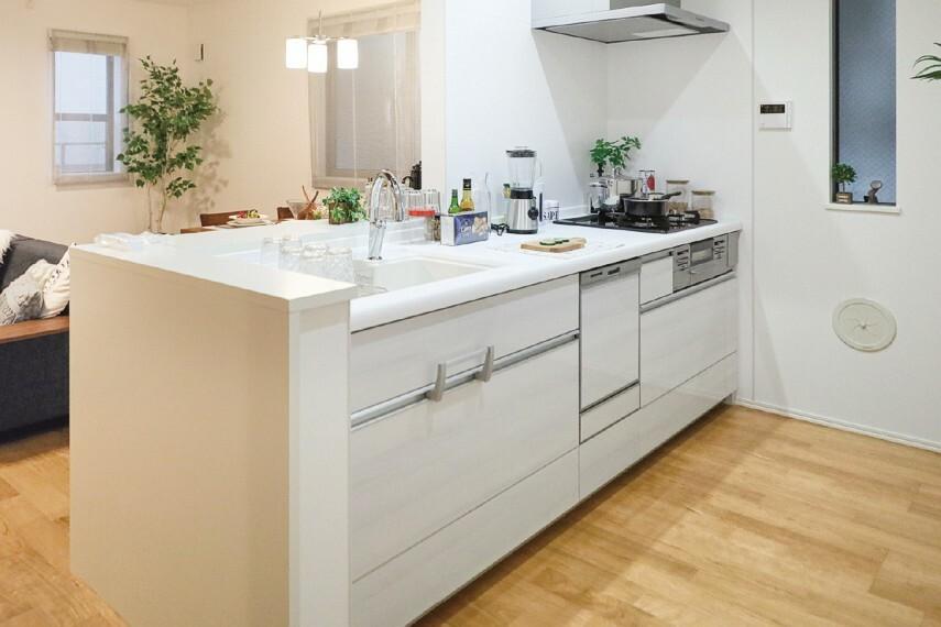 【キッチン/クリナップ ステディア】  快適さを追求した、多機能で使い勝手の良いシステムキッチン。至るところに工夫を凝らし、便利さもさることながら、デザイン性も高く、毎日使うキッチンスペースを鮮やかに演出します。※号棟により採用状況が異なります。