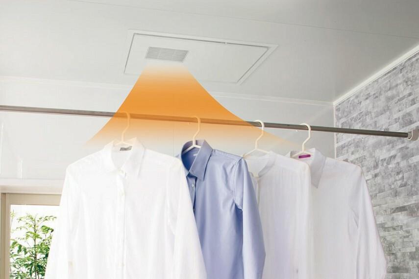 【浴室換気暖房乾燥機「三乾王」】  暖房、衣類乾燥、換気、涼風の機能を備えた「三乾王」。入浴を快適にするほか、雨の日や花粉の季節には洗濯物の乾燥に重宝します。厚さがスリムになり、天井の見た目もスッキリひろびろ。