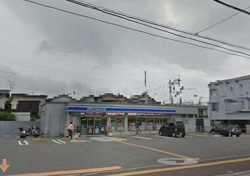 コンビニ 【コンビニエンスストア】ローソン 高知六泉寺町店まで546m