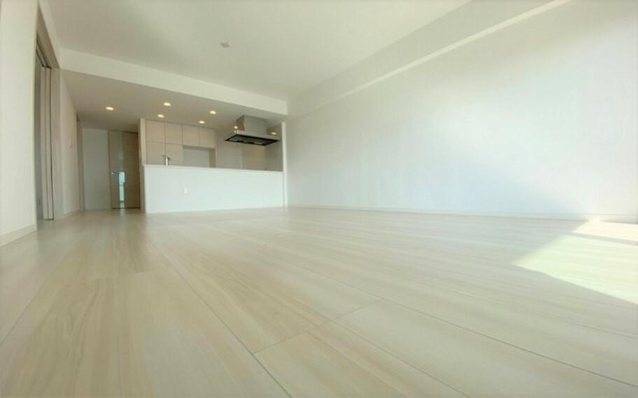 居間・リビング リビング、ダイニング、に一体感があり、且つ丁度よく家具の配置ができる形の為、とても使い易い設計です。