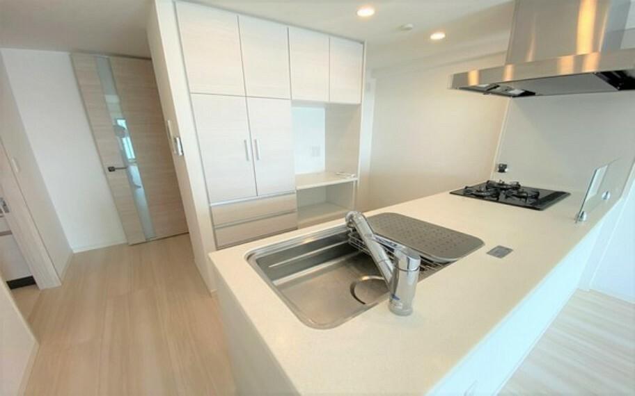 キッチン ペニンシュラのオープンキッチン。奥行き、幅もあり、調理スペースがゆったりしています。造り付のカップボードがあるのも嬉しいポイントですね。