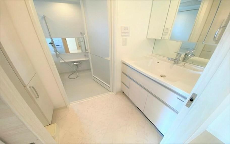 洗面化粧台 三面鏡の洗面化粧台で、朝のセットもラクラクです。場所を取らない大きさにもかかわらず、収納力が豊富で助かりますね。清潔感のあるスペースお手入もし易い仕様です。