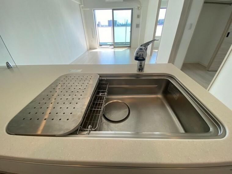 キッチン 浄水機付きのステンレス製シンク。ワイドで奥行きがありますので、食器洗時のストレスも減りそうです。