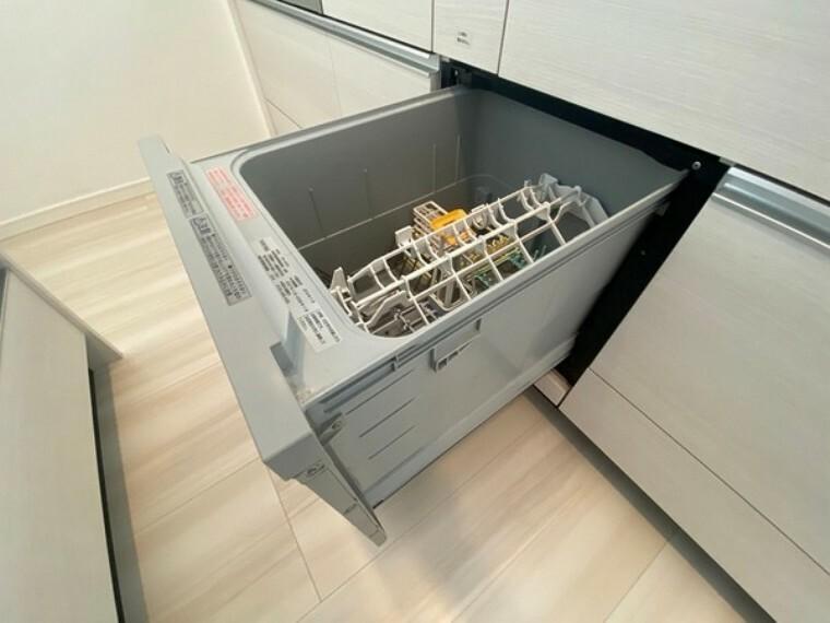 キッチン 腰をかがめることなく食器の出し入れが出来るプルオープン式。4~5人用分約40点の食器が収容可能。ソフト排気機能で小さなお子様にも安心です。