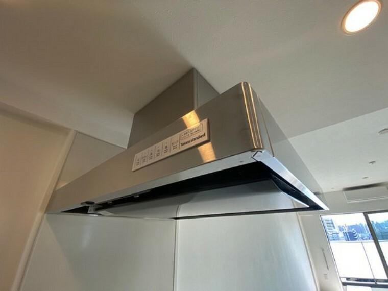 キッチン お料理の煙を逃がさず吸い取ってくれる吸引力。取り外してのお手入もし易いつくりですので、主婦には助かるつくりですね。