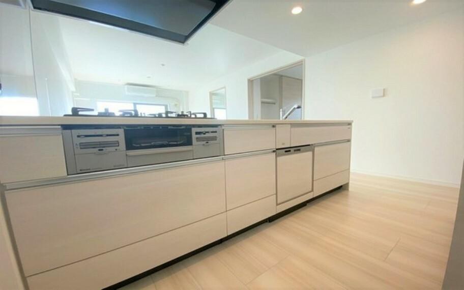 キッチン ビルトイン食洗器、三口ガスコンロ、魚焼きグリル、カートリッジ浄水機付きシステムキッチン。調理スペースの幅も広いので、お料理が楽しくなるのではないでしょうか。