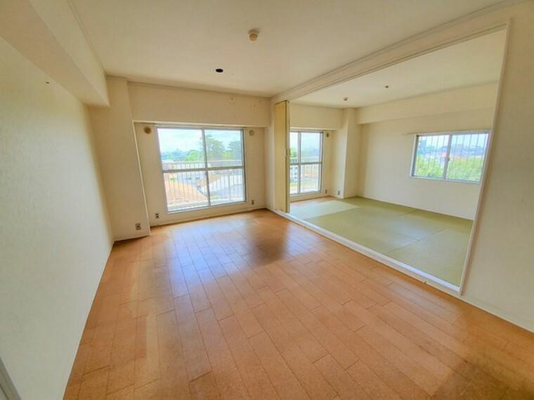 居間・リビング 約9.5帖のリビングダイニング。扉を開けると一つのお部屋として利用可能です!