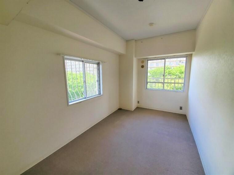 寝室 洋室5.5帖。角部屋につき2面採光で明るいお部屋です!