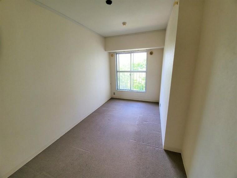 子供部屋 洋室5.1帖。玄関入ってすぐの洋室です。