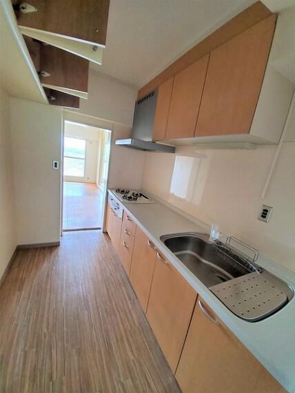 キッチン 使い勝手の良い2WAYキッチン!リビングからも廊下からも出入りできます!