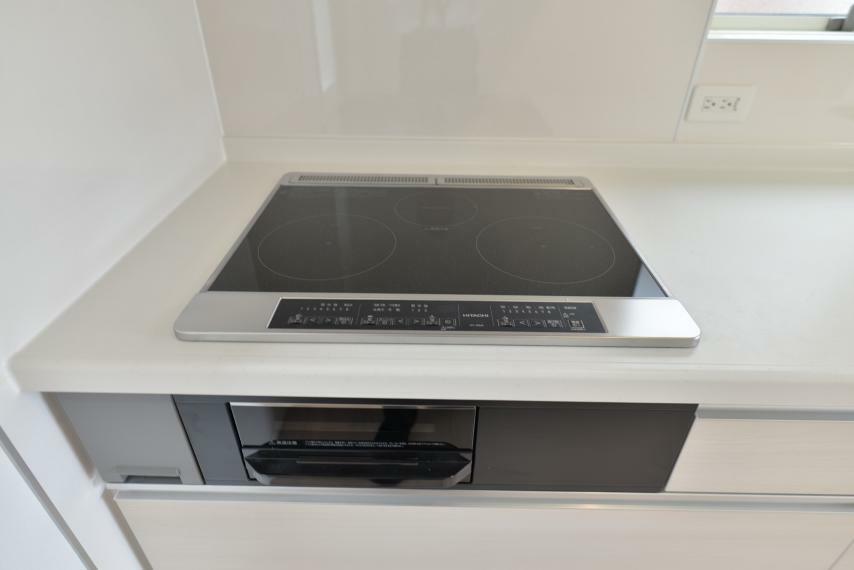 キッチン (同仕様写真) IHクッキングヒーターは、火が出ないのでお料理初心者でも安心!凹凸が少なくお手入れもしやすいです。