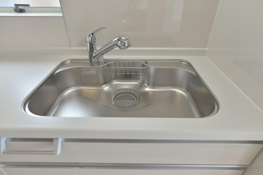 (同仕様写真) クリアな水が使えて内蔵型なので見た目もスマートな浄水器内蔵型ハンドシャワー。水栓は使い勝手の良い、取り外し可能なシャワーヘッドタイプです。