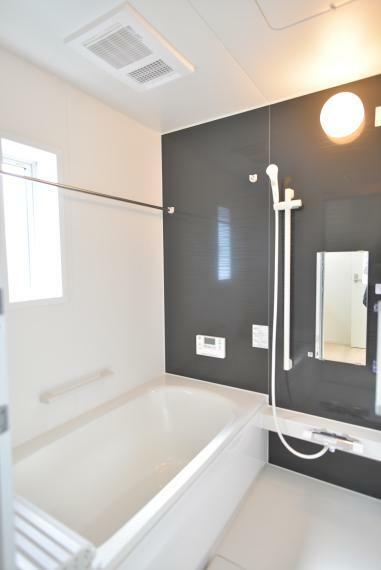 浴室 (同仕様写真) 一日の疲れを癒してくれる、ゆったりとした広さのバスルーム。浴室乾燥機付きで雨の日や花粉の多い季節でも浴室で洗濯物を干すことができます。