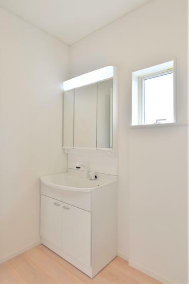 洗面化粧台 (同仕様写真) お手入れしやすいシャワー機能付洗面化粧台。大きな鏡で朝の準備もスムーズにできます。