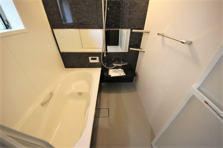 (当社分譲済施工例 浴室)浴室乾燥暖房機付き・半身浴もできるエコベンチ浴槽で節水にも効果を発揮