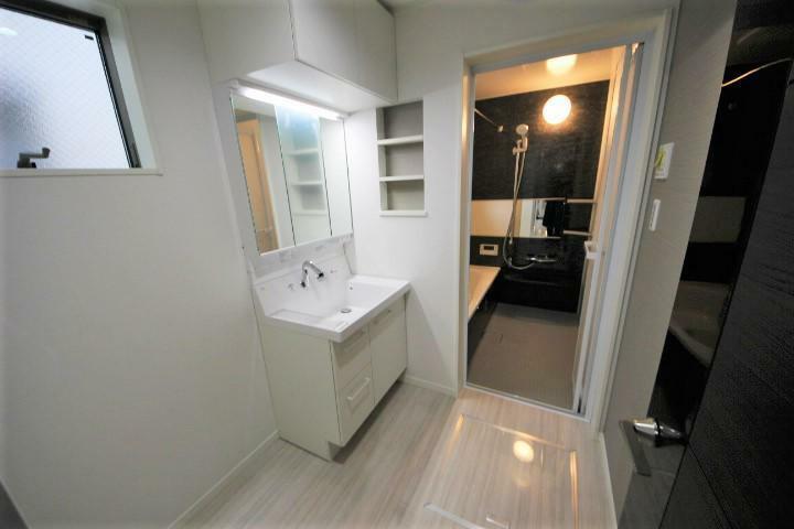 (当社分譲済施工例 独立洗面台)吊戸棚付三面鏡洗面化粧台、一部お洒落なアクセントクロス使用