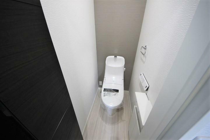 (当社分譲済施工例 トイレ)1.2階タンク一体型超節水シャワートイレ、フチレス形状でお掃除も簡単
