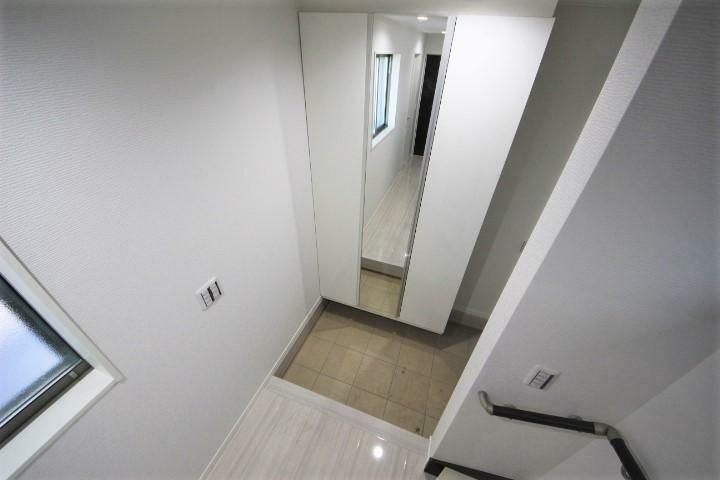 (当社分譲済施工例 玄関)収納力たっぷりのシューズボックスで玄関もスッキリ