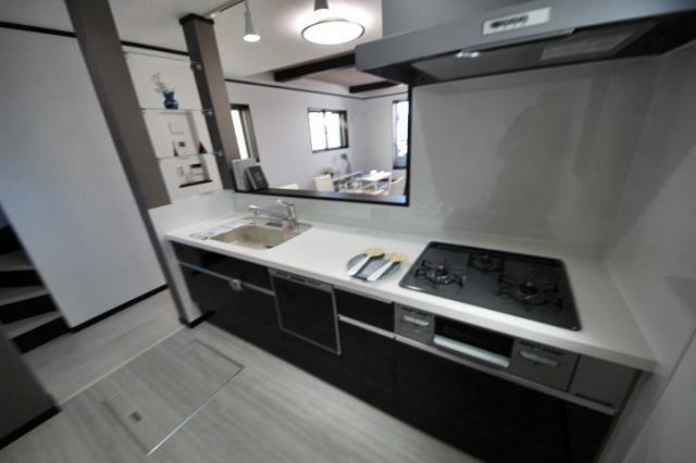 (当社分譲済施工例 キッチン)ご家族との会話も弾む対面キッチン、便利な床下収納付です