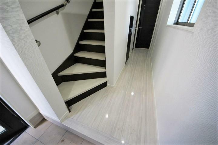 (当社分譲済施工例 玄関ホール)玄関ホールは高級感のある大理石調フローリング
