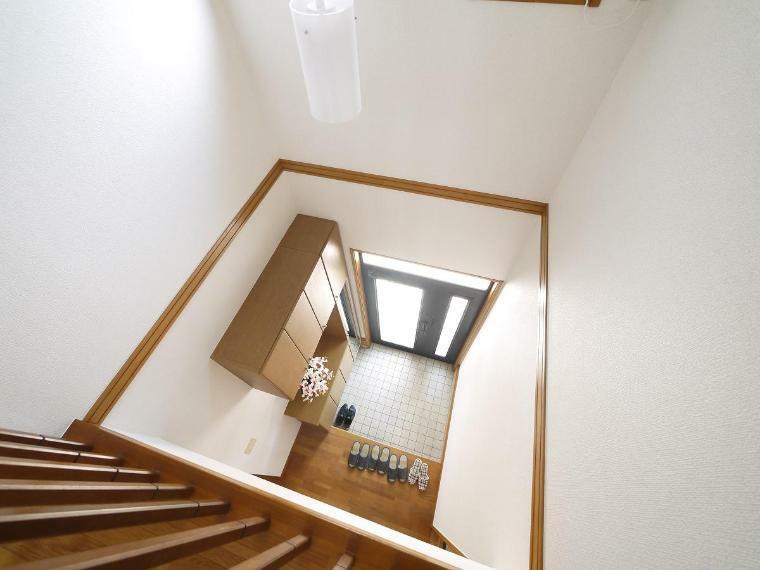 玄関 開放感と採光にこだわった吹抜けを採用