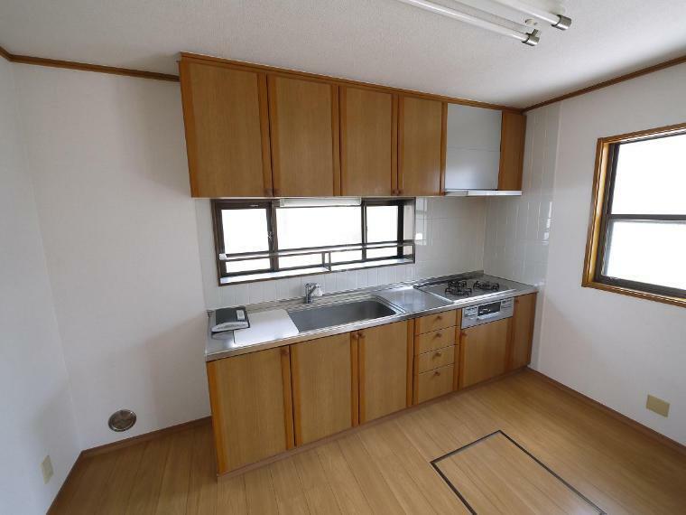 キッチン 窓があり、暖かな陽が差し込みます。使い勝手の良く木目の美しいシステムキッチン