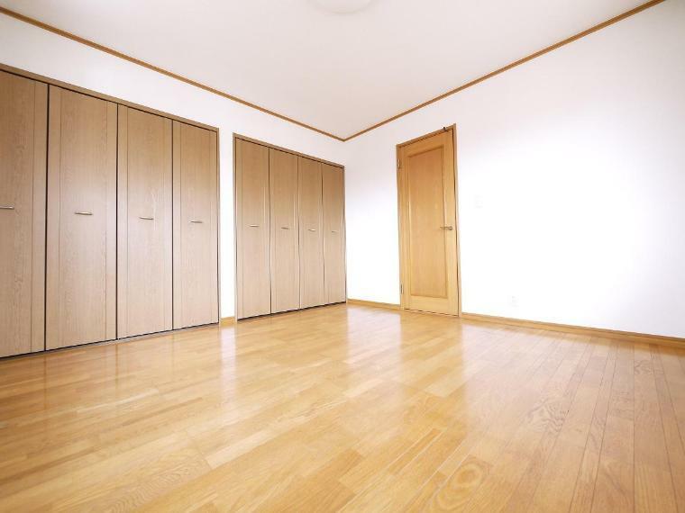 寝室 朝日がやさしく差し込むベッドルームには大容量のクローゼットをご用意。