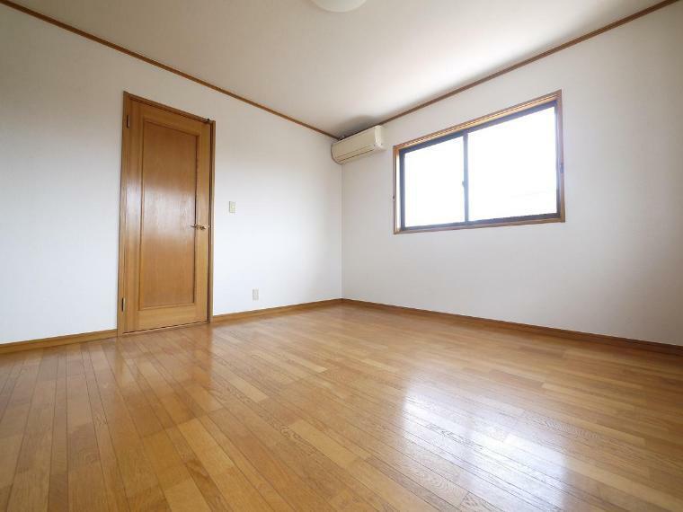 寝室 寛ぎの時間を紡ぎだす主寝室。大型ベッドを置いても余裕あります