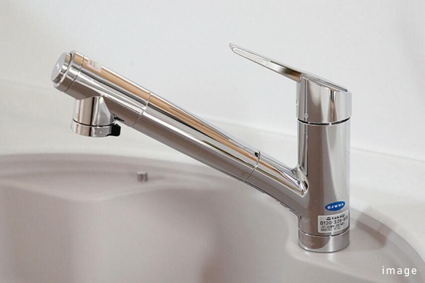 """発電・温水設備 蛇口一体型浄水器  """"飲む・洗う・調理""""のあらゆるシーンに対応し、いつでも安心でおいしい水が味わえる蛇口一体型浄水器です。ワンプッシュで浄水・原水の切替ができます。"""