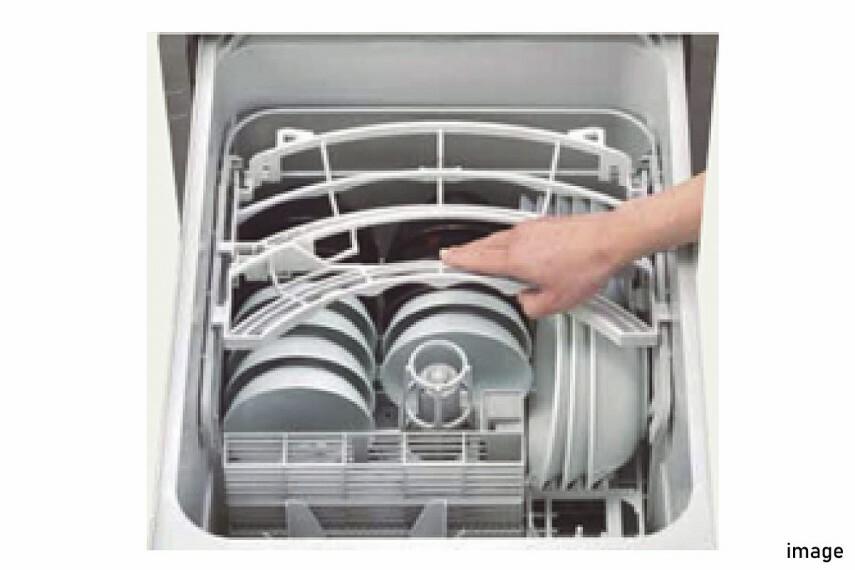 発電・温水設備 食器洗浄乾燥機  食事の後片付けをサポートしてくれるビルトインタイプの食器洗浄乾燥機が標準装備。家事の時間短縮になるだけでなく、手洗いに比べて大幅に節水できる省エネタイプを採用しています。