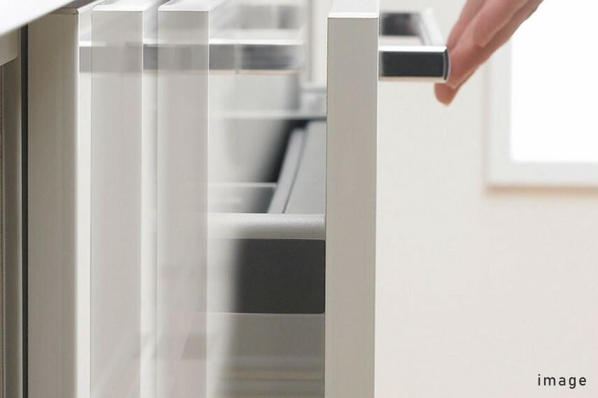 発電・温水設備 プルモーション  開け閉めの際の衝撃を吸収しゆっくり閉まる、安心なブルモーション機能を採用。一定のところまで閉まると自動でゆっくり閉まるので手指を挟む心配もありません。