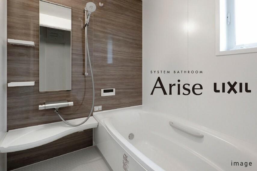 """発電・温水設備 バスルーム/LIXIL Arise  人がお風呂に求める""""心地いい""""という瞬間のために進化したバスルーム。最後のお一人まで温かいお湯を保つサーモバスや、冬場でも冷っとしないサーモフロアなど、ご家族の1日の疲れを癒してくれます。"""