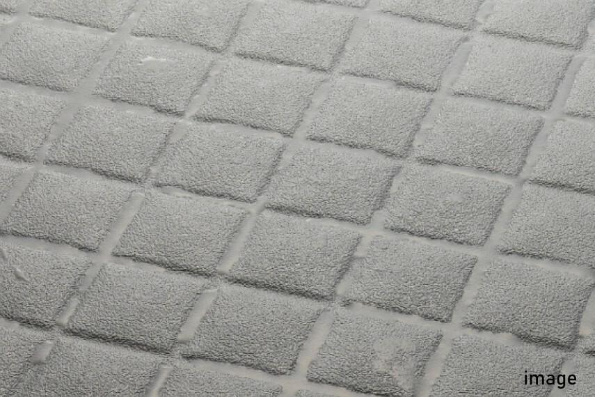 発電・温水設備 キレイサーモフロア  水はけが良く、滑りにくい形状のパターンを採用しました。床の溝も浅いので、お掃除の際にスポンジも奥まで届きやすく、お手入れがしやすくなっています。寒い冬場でも、冷たさを感じにくいフロアです。