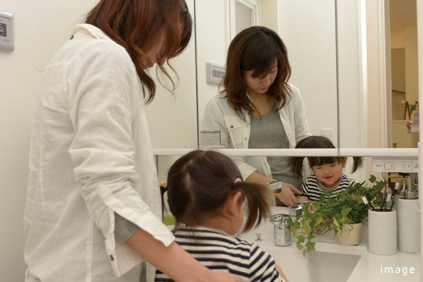 発電・温水設備 ミドルミラー  お子様が使いやすい「ミドルミラー」も付いて、家族みんなが使いやすい洗面台です。