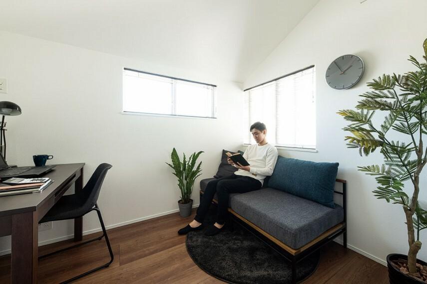 居間・リビング 【書斎】  書斎としてだけでなく、納戸としてなど、家族でお使いいただけます。(写真はイメージです)