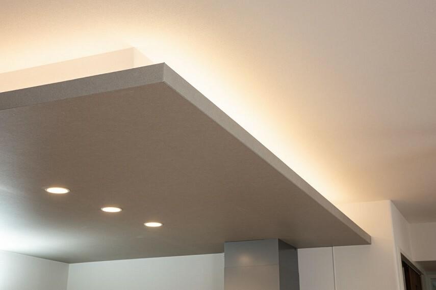 キッチン間接照明  開放的なオープンキッチンに天井のアクセントクロス、お照明でおしゃれな空間を演出します。