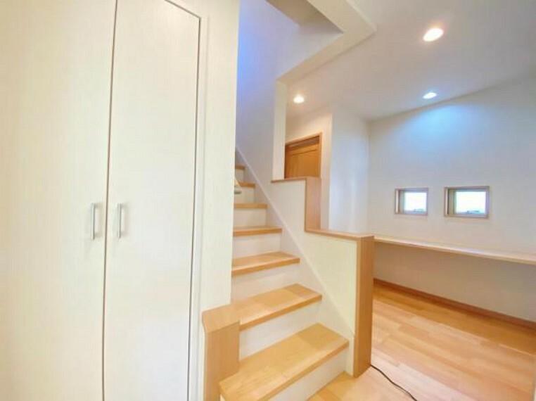 ダイニング (廊下)階段横にカウンターを設置!お子様の勉強スペースとしても利用可能です○