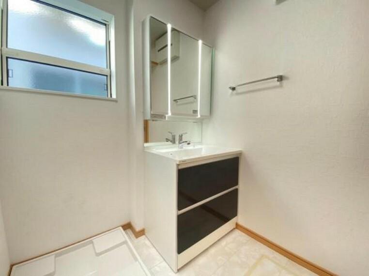 脱衣場 (洗面台)スライド式の収納なので奥の物もとりやすい!三面鏡の洗面台です