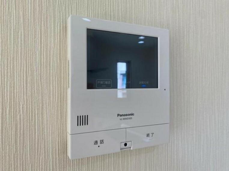 TVモニター付きインターフォン カラーモニター付インターホンで、来客者の顔を見ながら安心して対応できます。
