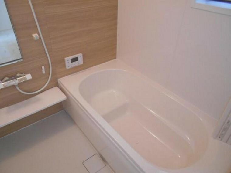同仕様写真(内観) 【浴室】換気乾燥機付きのユニットバスはゆとりあるリラックス空間。